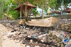 巩固侵蚀barrackade和步在海滩 库存图片