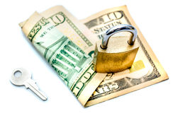 巩固美元笔记的钥匙和挂锁 免版税库存图片