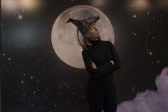 巫婆、月亮和云彩在晚上 免版税库存照片