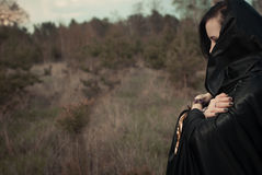 年轻巫婆在森林里 免版税图库摄影