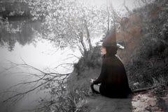 巫婆在黑针对性的帽子森林里 免版税库存照片