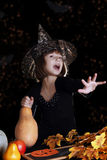 巫婆孩子用做魔术的南瓜在万圣夜 免版税库存照片