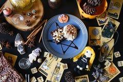 巫婆巧克力果仁巧克力 巧克力蛋糕b的万圣夜点心 图库摄影