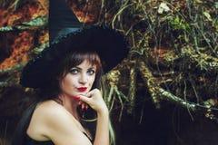 巫婆帽子的美丽的妇女 免版税库存图片