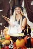 巫婆投掷苹果,被设色 库存图片