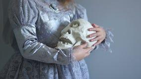巫婆服装冲程和震动的女孩象有一只眼睛的一块婴孩头骨 假日万圣夜,诸圣日天 创造性 影视素材
