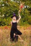 巫婆服装实践的瑜伽的俏丽的女孩 库存图片