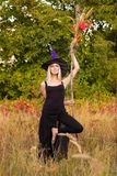 巫婆服装实践的瑜伽的俏丽的女孩 免版税库存照片