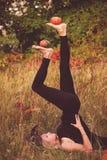 巫婆服装实践的瑜伽的可爱的女孩 免版税库存图片