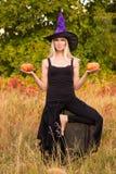 巫婆服装实践的瑜伽的年轻女性 图库摄影