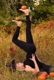 巫婆服装实践的瑜伽的普通的女孩 库存照片