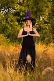 巫婆服装实践的瑜伽的普通的女性 库存照片
