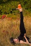 巫婆服装实践的瑜伽的普通的妇女 库存图片