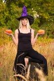 巫婆服装实践的瑜伽的正面女性 免版税图库摄影