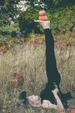 巫婆服装实践的瑜伽的高兴的妇女 库存照片