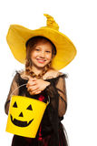巫婆服装的女孩和鬼的万圣夜用桶提 免版税图库摄影