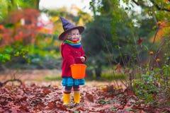 巫婆服装的小女孩在万圣夜 库存照片