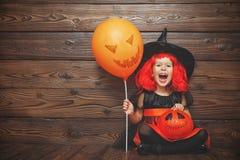 巫婆服装的滑稽的儿童女孩在万圣夜 库存照片