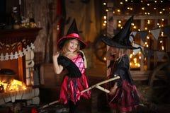 巫婆服装的滑稽的儿童女孩万圣夜黑暗backg的 库存图片