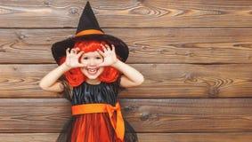 巫婆服装的滑稽的儿童女孩为万圣夜惊吓 免版税库存图片