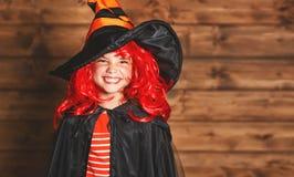 巫婆服装的滑稽的儿童女孩在万圣夜 库存图片