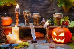 巫婆桌用万圣夜南瓜 库存照片
