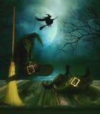 巫婆的扫帚帽子和鞋子有sppody背景 免版税库存照片