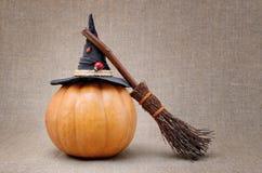 巫婆笤帚和帽子一个南瓜的为万圣夜 库存图片