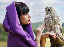 巫婆谈话与猫头鹰 免版税库存图片