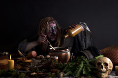 巫婆酿造魔药在实验室 免版税库存图片