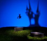 巫婆飞回家到她的城堡 免版税库存照片