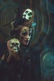 年轻巫婆hloding的头骨 明亮组成并且抽万圣夜题材 免版税库存照片