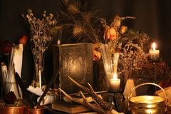 巫术孔雀羽毛和蜡烛背景 库存图片