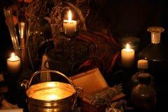 巫术孔雀羽毛和蜡烛背景 图库摄影