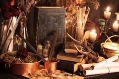 巫术孔雀羽毛和蜡烛背景 免版税库存照片