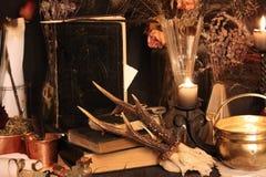 巫术孔雀羽毛和蜡烛背景 库存照片