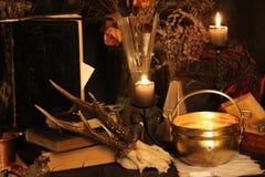 巫术孔雀羽毛和蜡烛背景 免版税库存图片