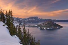 巫术师海岛在Crater湖在俄勒冈,日落的美国 免版税库存图片