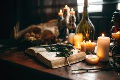巫术,黑暗的魔术,与礼节书的蜡烛 图库摄影