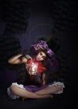 巫术 有灯的神秘魔术家在黑暗中 免版税图库摄影