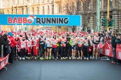 差不多10.000圣诞老人在跑在米兰,意大利的Babbo参与 免版税图库摄影