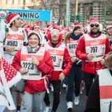 差不多10.000圣诞老人在跑在米兰,意大利的Babbo参与 免版税库存图片