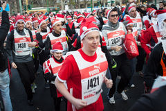 差不多10.000圣诞老人在跑在米兰,意大利的Babbo参与 免版税库存照片