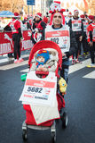 差不多10.000圣诞老人在跑在米兰,意大利的Babbo参与 图库摄影