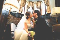 已婚夫妇互相倾斜与他们的面孔tenderl 库存图片