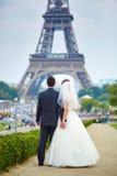 已婚夫妇在埃佛尔铁塔附近的巴黎 免版税库存图片