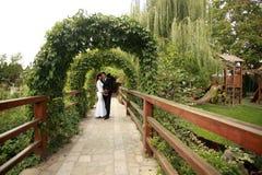 已婚夫妇在庭院里 库存图片