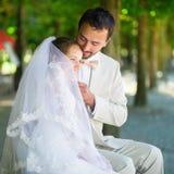 已婚夫妇在巴黎Tuileries庭院里  免版税库存照片