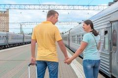 已婚夫妇开始在火车的一次旅途 图库摄影