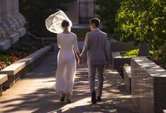 已婚夫妇步行arount寺庙 库存图片